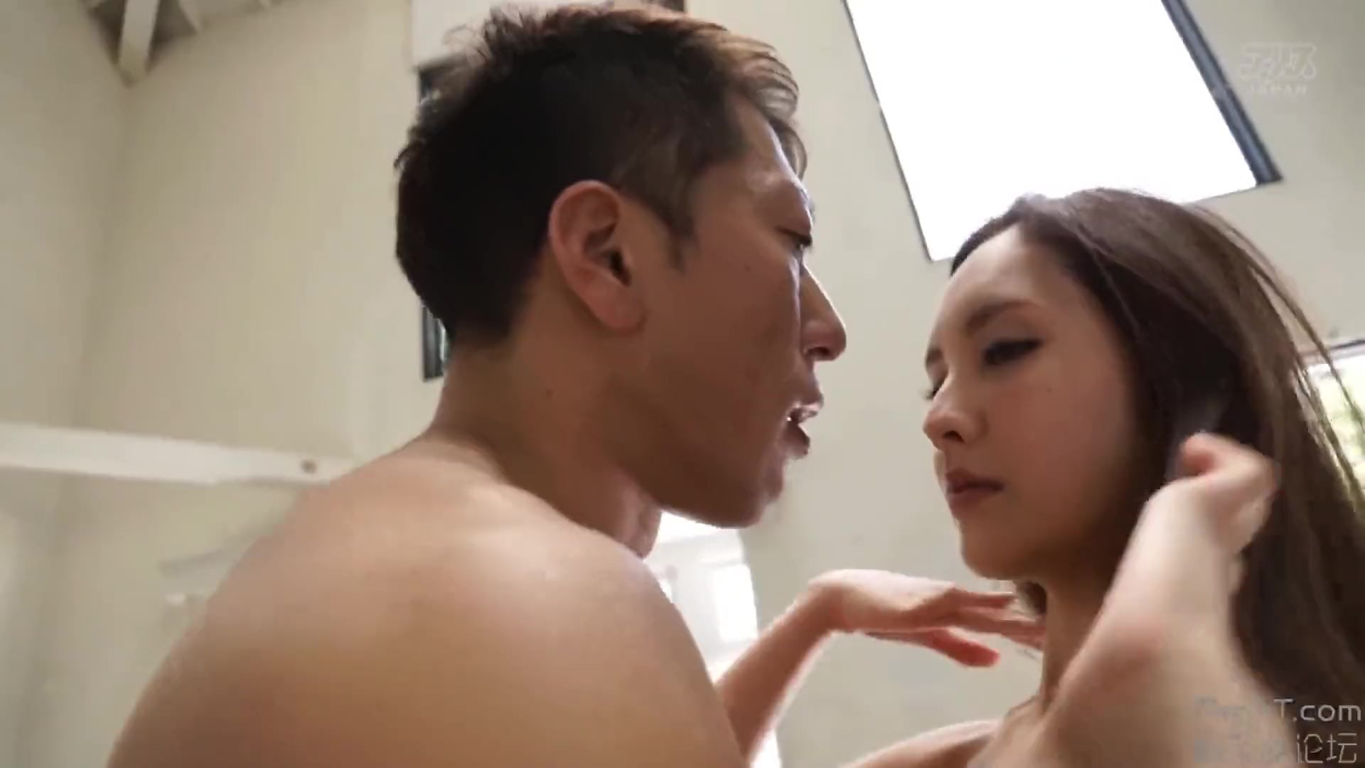 色白スレンダー美女が男に乳首を弄られながらベロチューに発情