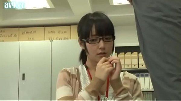 メガネのいかにも純粋そうな可愛い子女子事務員を脱がすとパイパン会社パコ