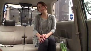 「ぁ…ちょっと出てきた」真面目そうな美人妻が車内で手コキ&フェラ奉仕w