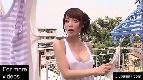自宅とは言え、巨乳なのにすんごい軽装でおっぱい全開なファッション。なるほど、痴女だな? 桜井彩