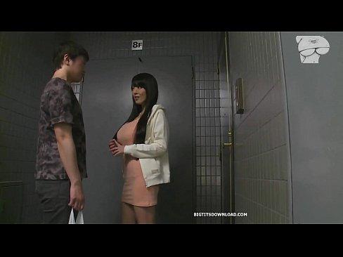 前から気になってたマンション隣人男性を玄関前で誘惑するHitomi→我慢できず露出パコ