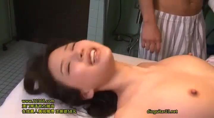 連続でチンポを挿入されアヘ顔絶頂する美少女w