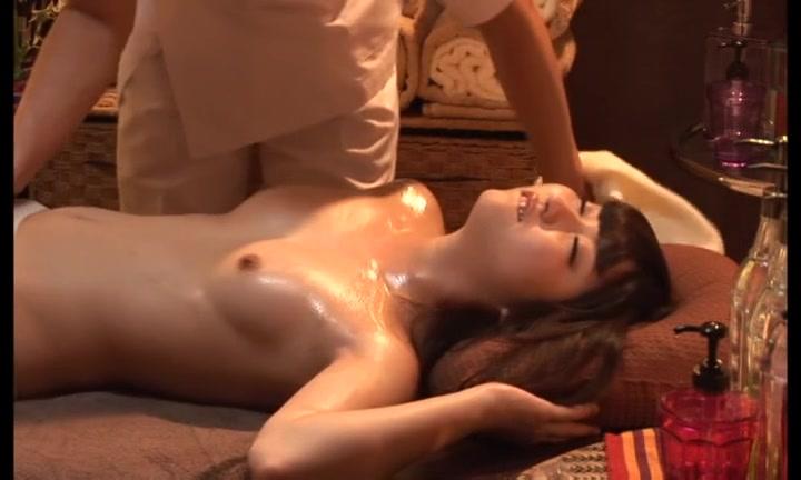 オイルマッサージと膣内マッサージでビクビク痙攣イキする人妻