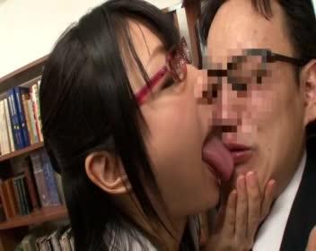 図書館で気弱なメガネ男を逆レイプする巨乳痴女