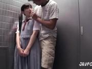 JCみたいな少女にマンションの廊下っぽいところで無理やり咥えさせる・・・