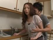 旦那が側にいるのに息子とキッチンでハメハメする熟女ママ