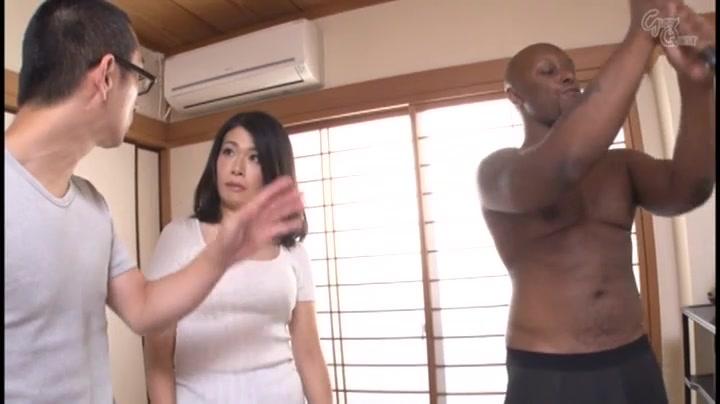 ホームステイ中の黒人2人と不倫3Pを繰り広げる欲求不満な巨乳美人妻・松島香織