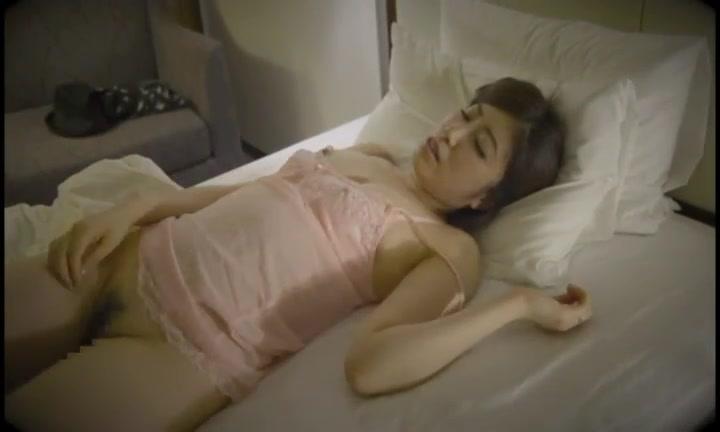 「イク!イッちゃうよぉ!」色白巨乳彼女を夜這いハメ→大量顔射!
