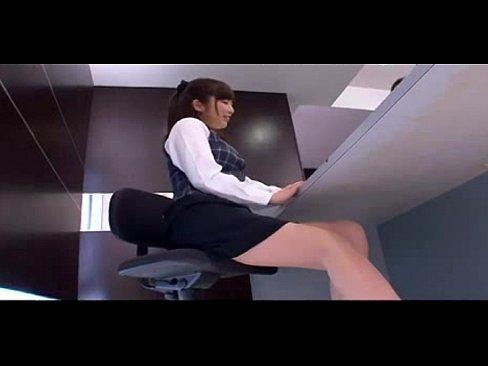 オナを我慢出来なくなったOLがトイレで清掃員チンコを受け入れる