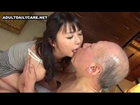 介護必須な老人をも射精に導く幼な妻つぼみ