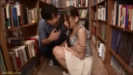 「んんっ…」メガネ美女が図書館で鬼畜男に迫られ強制フェラ!