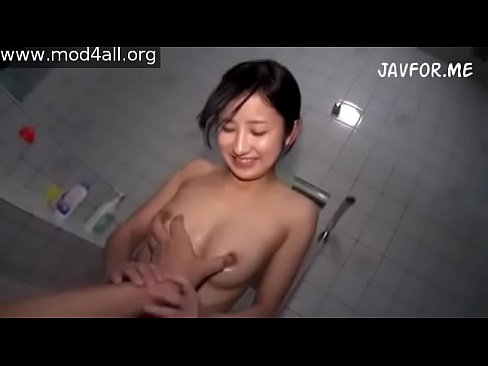 パイパンの女の子とお風呂でエロプレイ