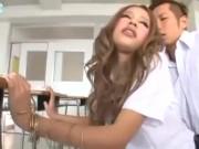 教室でノーパンマンコを見せつけクラスメイトを誘う痴女ギャル