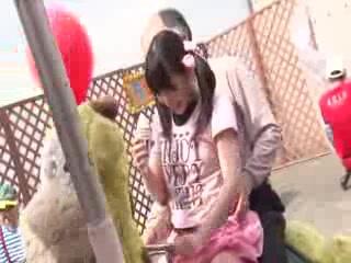 デパートの屋上で変態親父に中出しされるパイパンロリ娘・春日野結衣