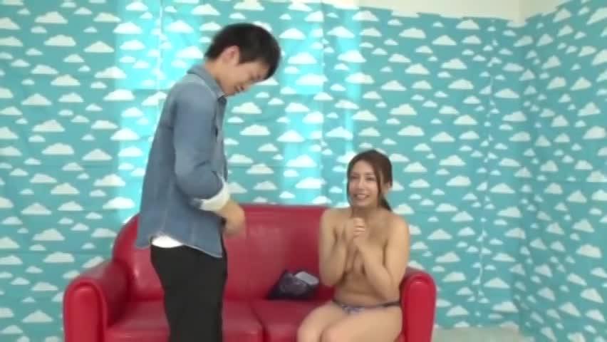 巨乳のむっちり肉感が触りたい素人妻が笑顔で童貞筆おろし