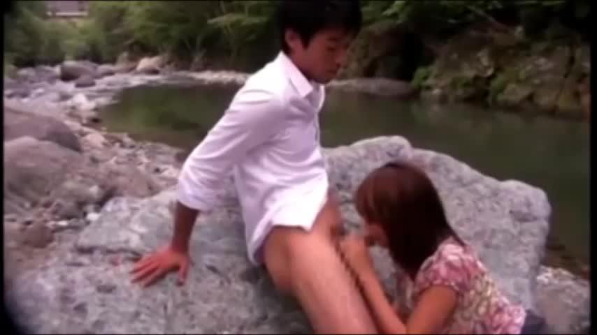 川辺で巨乳を丸出しで青姦セックスする美女