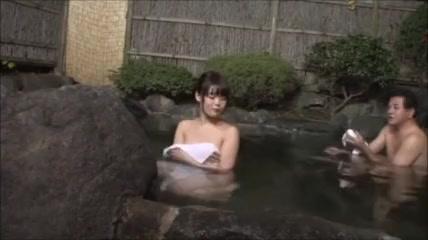 【混浴エロ動画】混浴風呂に入っていた巨乳美女がおっさんに興奮してゆっくりと近寄っていきww