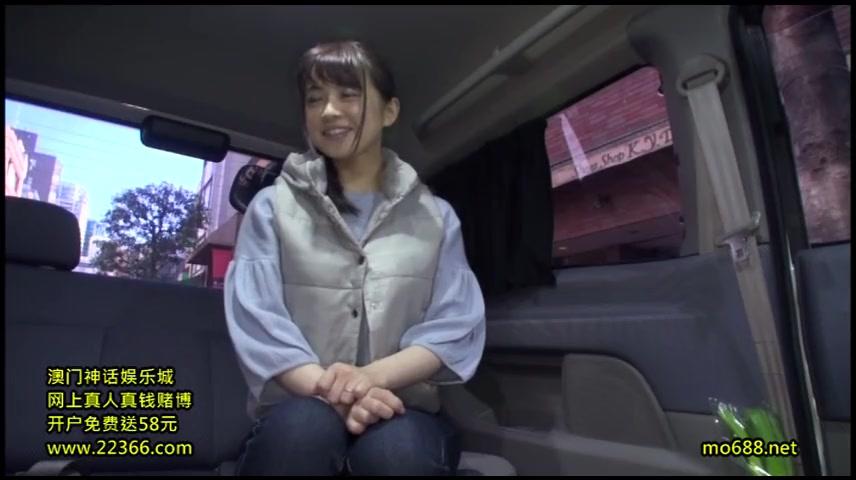 ナンパ若妻に車内でフェラをお願いする