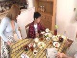 母親と息子が机の下でこっそり近親相姦ゲーム3