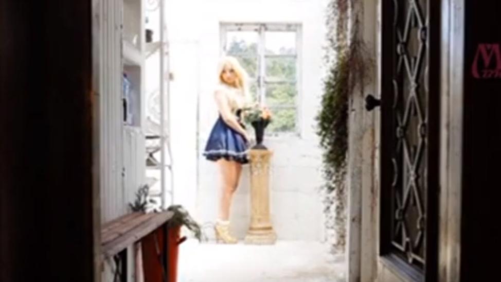 まるで妖精のような金髪美少女が野外で勃起チンポをフェラ抜き奉仕