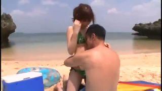 誰もいないビーチにやってきた男女二人が海水浴など眼中になく青姦ファック!性器も日焼けしちゃうよ!