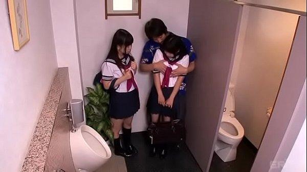 ナンパ行為された仲良しじょしこーせーたちがトイレで盛り上がり3P