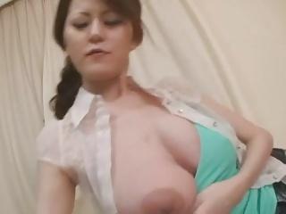 母乳を吸わせながら手コキで息子チンポを昇天させる巨乳妻