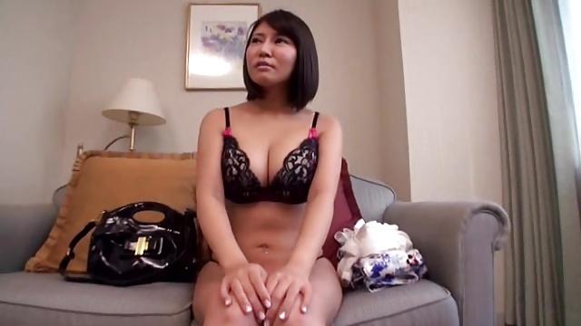 【素人エロ動画】男優の巨チンを見た時の反応がナイスな巨乳の素人美女に突然顔射してみたw