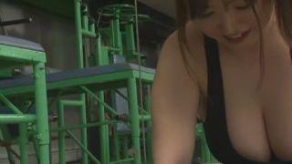 爆乳なジムインストラクターが高速手コキでザーメン搾り取り!