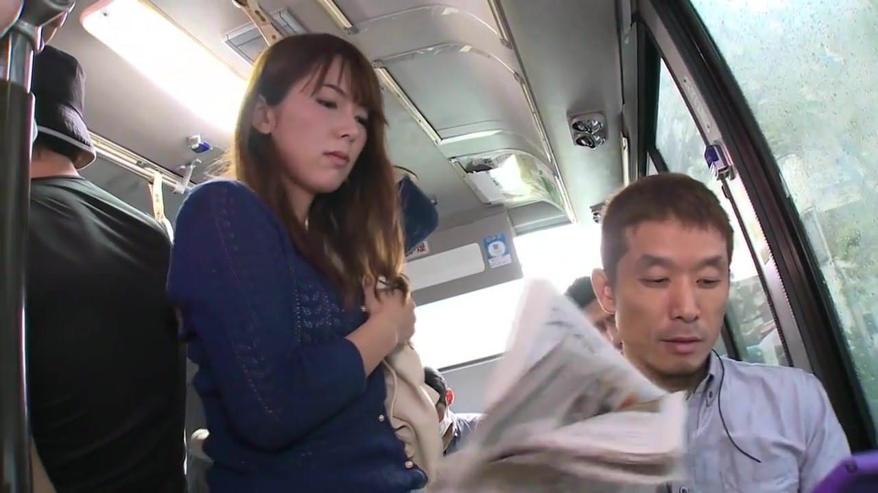 なぜかすぐ傍にいる夫には言わず、ひたすら痴漢魔を受け入れる美人妻 波多野結衣