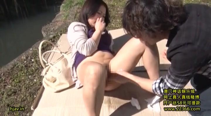 晴天の野外で白昼堂々中出しファックに興じる巨乳人妻熟女