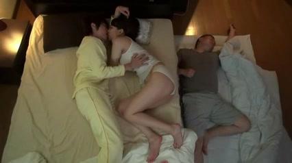 川の字で寝ているお母さんを夜這いして近親セックス