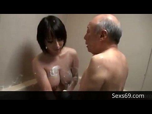 【奉仕エロ動画】じじぃの身体をオッパイで洗う巨乳美女
