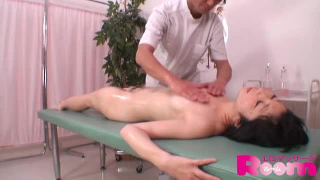 エロマッサ師に性感帯を刺激され激しくイキ乱れる人妻w