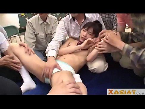 パイパン女子高生をクラス全員で膣内射精レイプする鬼畜学級