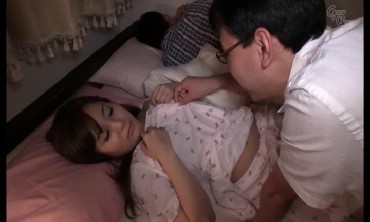 旦那がすぐ横で寝ているのにも関わらず不倫相手の肉棒を受け入れる人妻