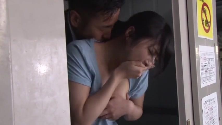 【レイプ】人妻が無防備なノーブラ姿で胸チラをしている…こんなにエッチなおっぱいがあったら襲っちゃう