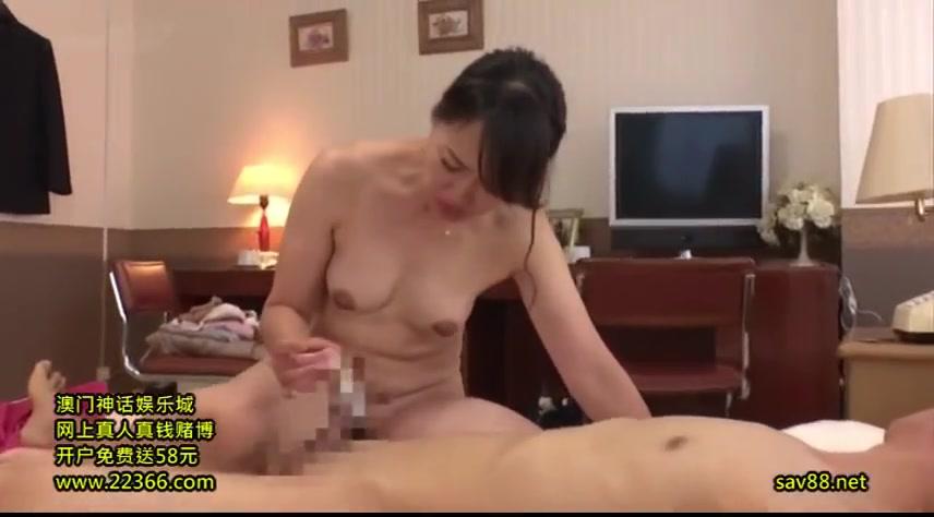50代の美魔女の人妻、安野由美が童貞くんを勇気付けるために中出しパコ