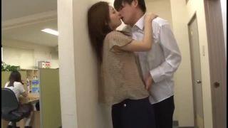 予備校の教室横で生徒に迫られ顔射セックス許しちゃう痴女教師