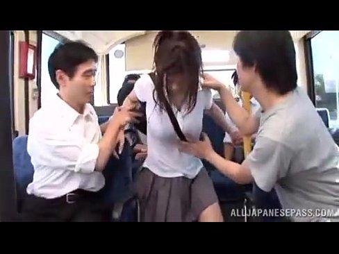 メロン型巨乳の女子校生がバス車内で男性客の餌食に