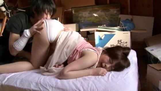 セックスレスの欲求不満妻にフル勃起チンポを見せつけて寝取り