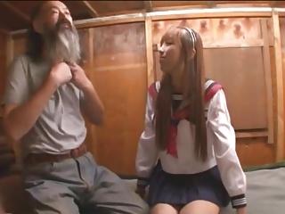 「うそ!中で出しちゃった?」キモイおじさんのザーメンを膣中で受け止めるギャルJK