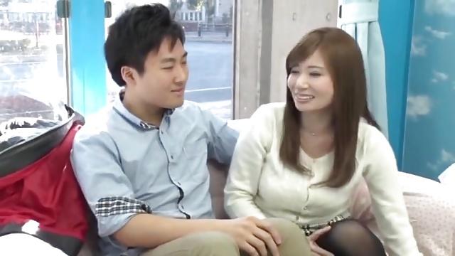 「気持ちぃ?」巨乳人妻が童貞筆下ろし→おまけの手コキで連続射精まで!