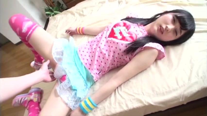黒髪の幼い淫乱少女が顔より大きいギンギンチンポを必死に舐め回してご奉仕