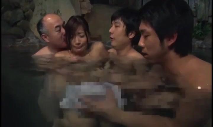 混浴温泉を楽しんでいた美女だが、周囲が男性客だらけになってしまい、犯されてしまう・・・