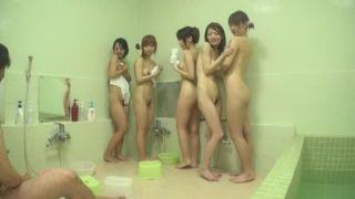 お風呂場でおっさんの勃起チンポが気になったロリ娘達による手コキフェラ抜き