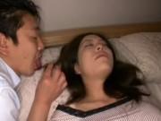 色気のある美人妻は目を瞑って眠っている姿にもエロスを感じて夜這いを決行!