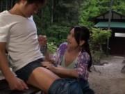 キャンプで会った若い男のチンコにムラムラしちゃった美魔女妻!