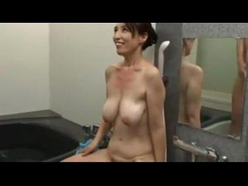 程よく垂れた乳がそそる熟女とお風呂で中出しセックス