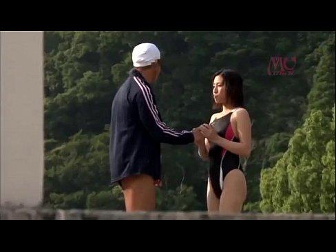 女競泳選手がプールサイドで性交している所を隠し撮り!